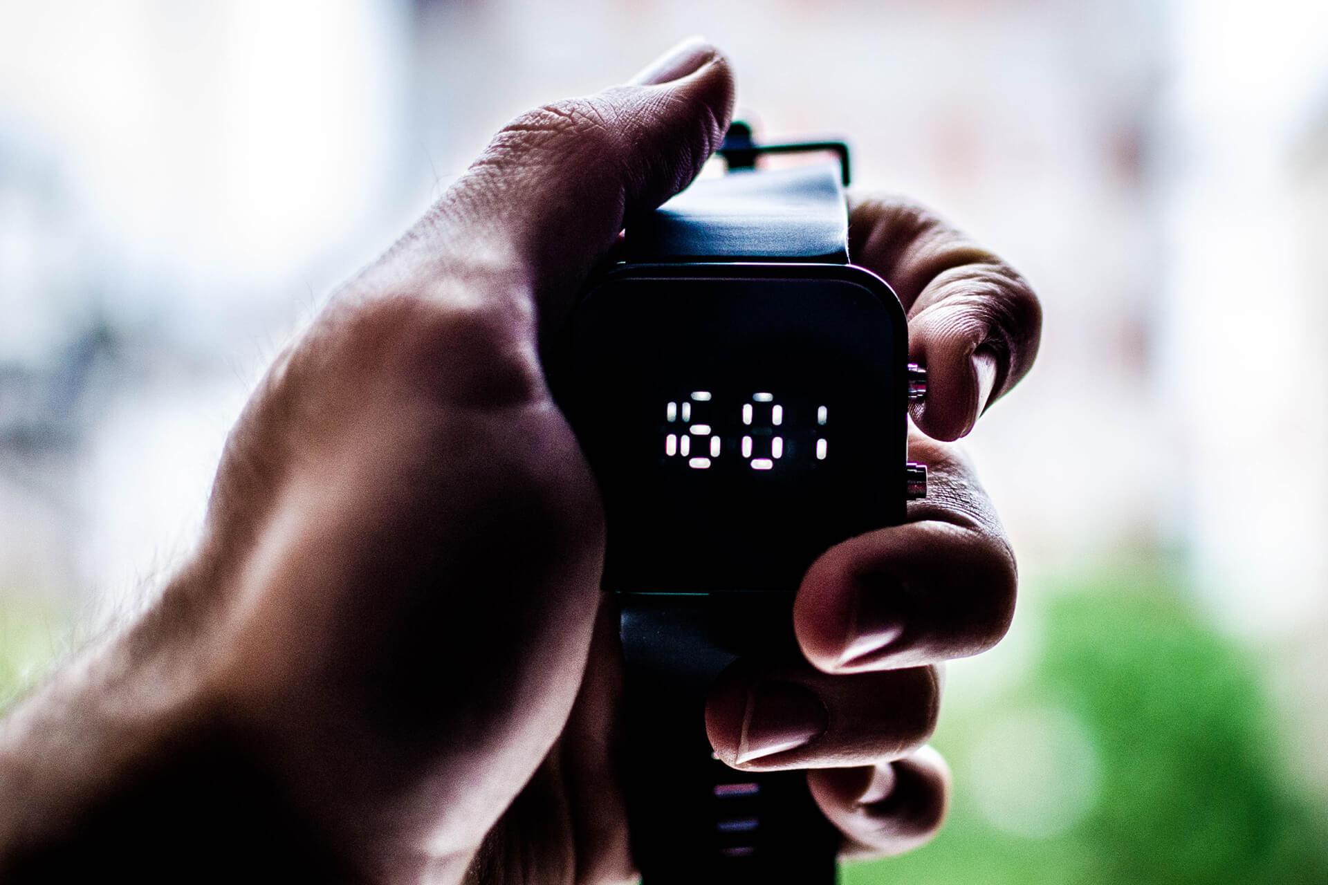 hand med klocka